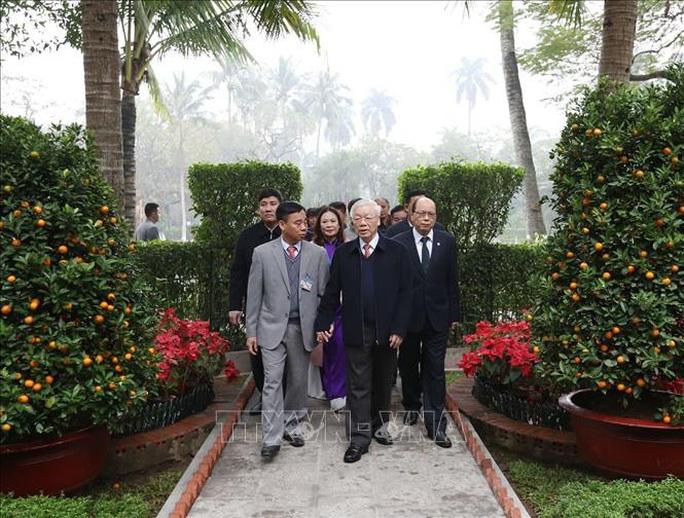 Tổng Bí thư, Chủ tịch nước Nguyễn Phú Trọng dâng hương tưởng niệm Chủ tịch Hồ Chí Minh tại Nhà 67 - Ảnh 3.