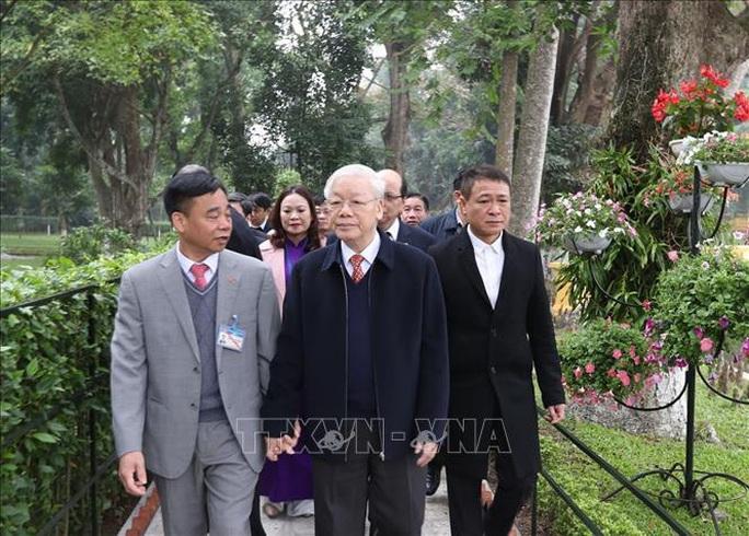 Tổng Bí thư, Chủ tịch nước Nguyễn Phú Trọng dâng hương tưởng niệm Chủ tịch Hồ Chí Minh tại Nhà 67 - Ảnh 2.
