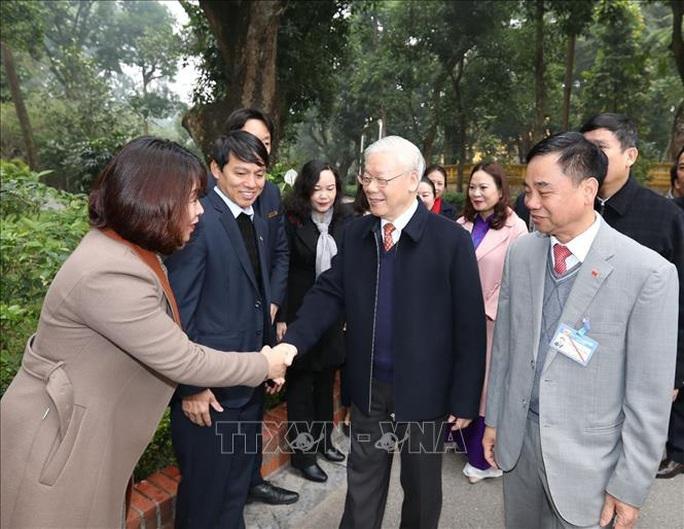 Tổng Bí thư, Chủ tịch nước Nguyễn Phú Trọng dâng hương tưởng niệm Chủ tịch Hồ Chí Minh tại Nhà 67 - Ảnh 4.