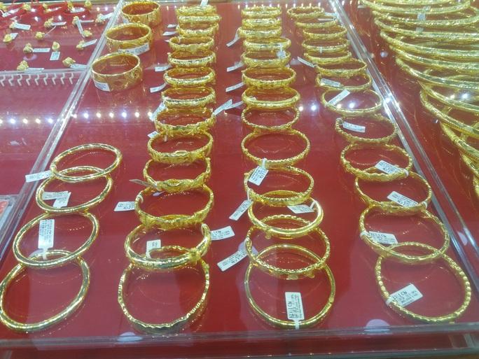 Giá vàng tăng nửa triệu đồng ngay khi mở cửa - Ảnh 1.