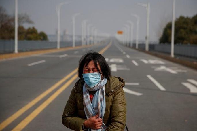 Trung Quốc: Người mẹ nức nở xin ra khỏi vùng phong tỏa để cứu con bị ung thư - Ảnh 2.