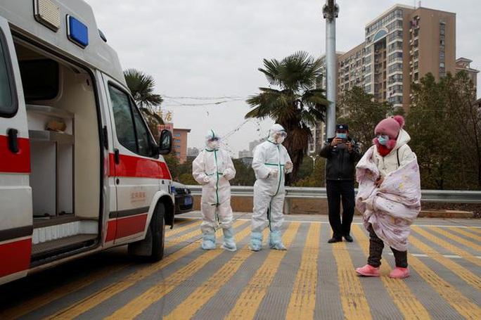 Trung Quốc: Người mẹ nức nở xin ra khỏi vùng phong tỏa để cứu con bị ung thư - Ảnh 7.