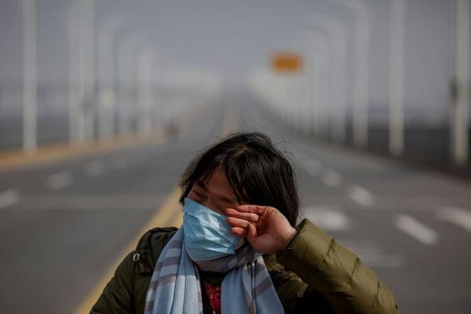 Trung Quốc: Người mẹ nức nở xin ra khỏi vùng phong tỏa để cứu con bị ung thư - Ảnh 3.