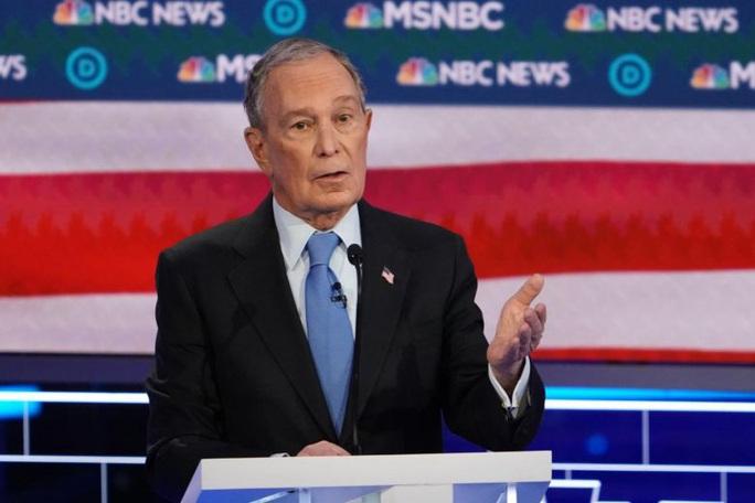 """Tỉ phú Bloomberg bị """"xâu xé"""" trong cuộc tranh luận của đảng Dân chủ - Ảnh 1."""