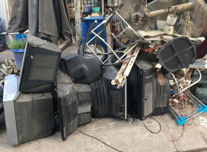 Công khai xẻ thịt rác độc hại trong khu dân cư - Ảnh 1.