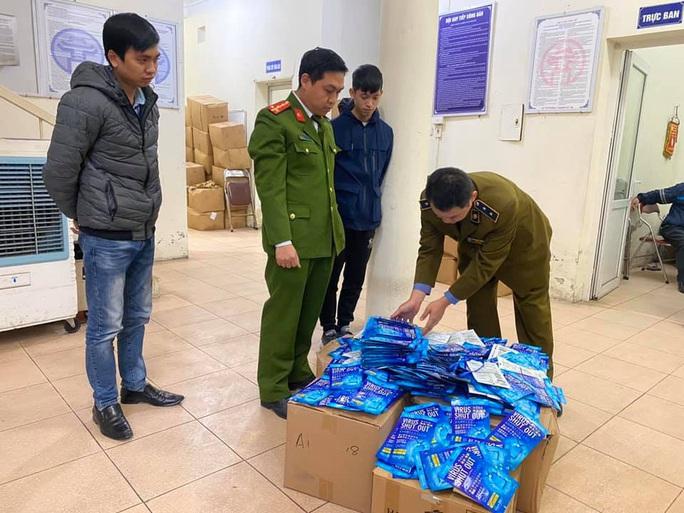 Phát hiện 300 thẻ đeo diệt virus nhập lậu tại cổng chợ thuốc Hapulico - Ảnh 1.