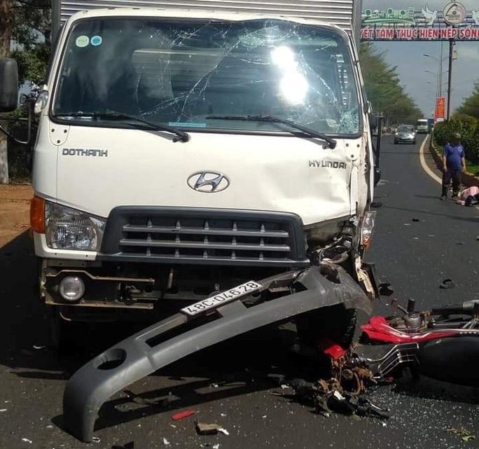 Xe máy nát đầu sau khi tông xe tải, 2 người thương vong - Ảnh 2.
