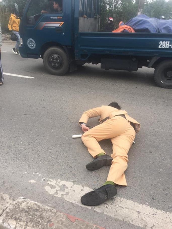 Trung úy CSGT bị xe máy tông trọng thương - Ảnh 1.