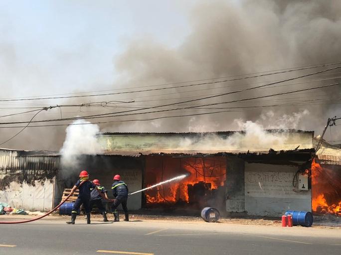 Hỏa hoạn thiêu rụi 10 tấn gỗ của doanh nghiệp - Ảnh 1.