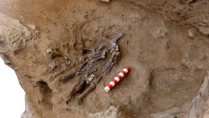 Bí ẩn mộ cổ hoa 70.000 năm chôn cất một loài người khác - Ảnh 1.