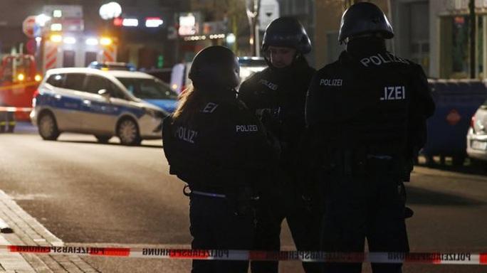 Đức: Nghi phạm chết cùng mẹ trong nhà riêng sau khi xả súng liên tiếp - Ảnh 2.