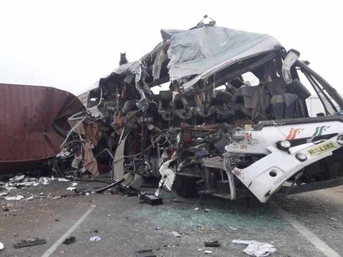 Xe tải lao trực diện vào xe buýt, 19 người thiệt mạng - Ảnh 2.