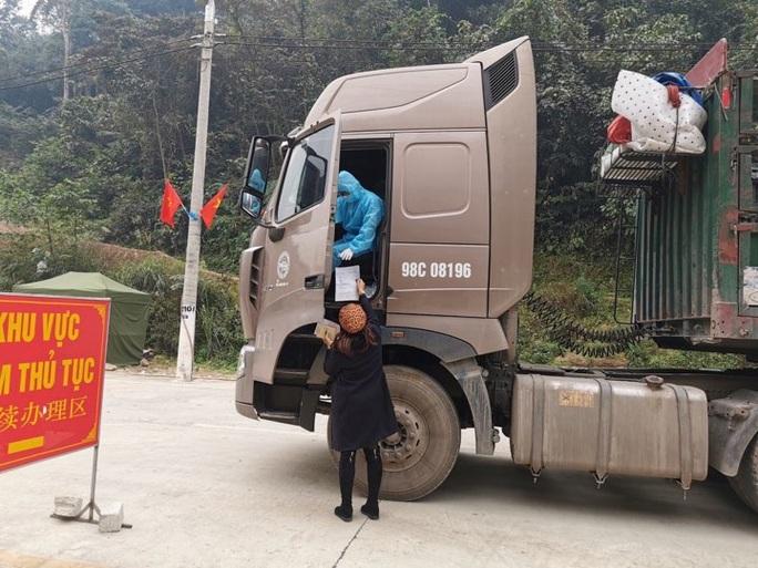 Hàng trăm xe hàng xuất qua Trung Quốc - Ảnh 1.