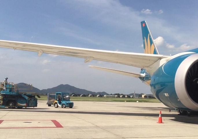 Chạy xe cắt mặt máy bay Vietnam Airlines vừa hạ cánh đang vào vị trí đỗ - Ảnh 1.