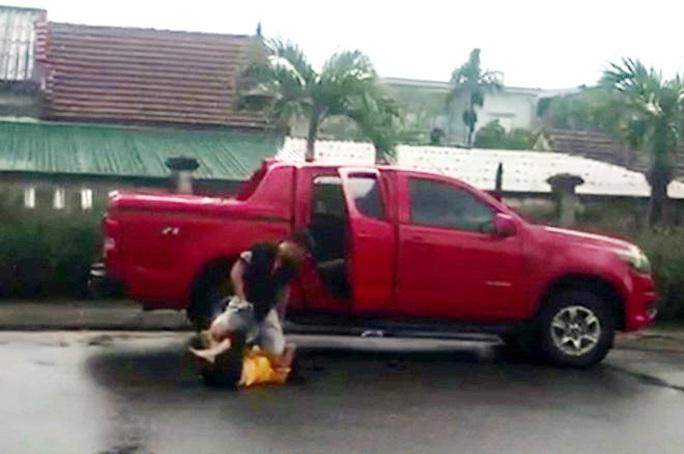 Túm tóc, đánh vợ cũ chấn động não rồi lên xe bán tải bỏ chạy - Ảnh 1.