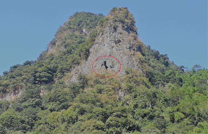 Rợn người khám phá hang quan tài kỳ bí treo lưng chừng núi - Ảnh 2.