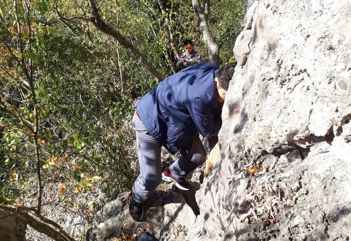 Rợn người khám phá hang quan tài kỳ bí treo lưng chừng núi - Ảnh 4.
