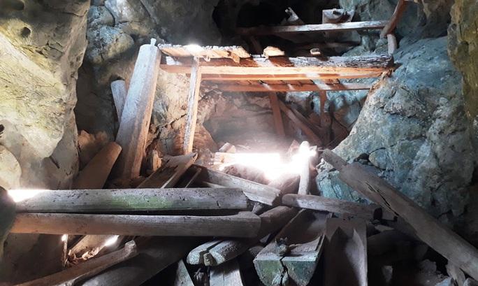 Rợn người khám phá hang quan tài kỳ bí treo lưng chừng núi - Ảnh 1.