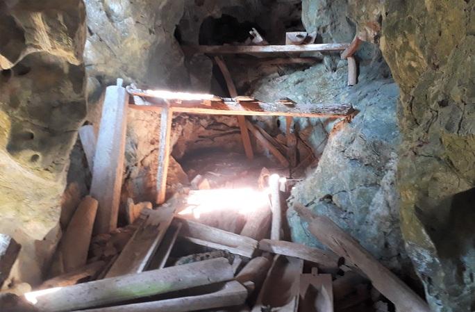 Rợn người khám phá hang quan tài kỳ bí treo lưng chừng núi - Ảnh 14.
