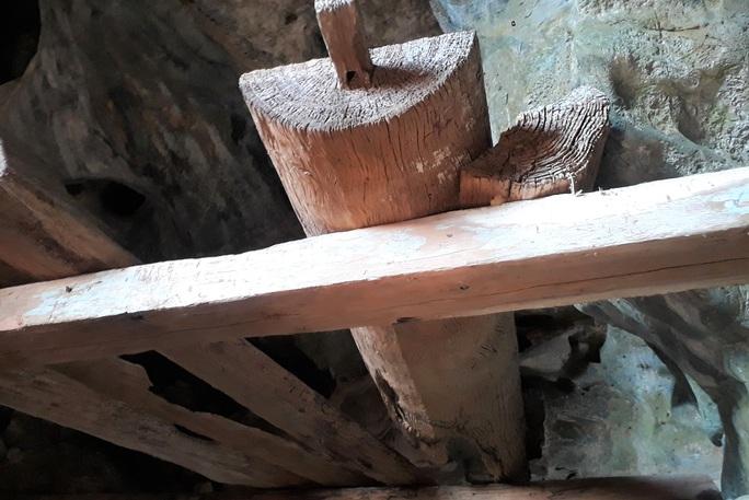Rợn người khám phá hang quan tài kỳ bí treo lưng chừng núi - Ảnh 12.