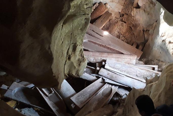 Rợn người khám phá hang quan tài kỳ bí treo lưng chừng núi - Ảnh 10.