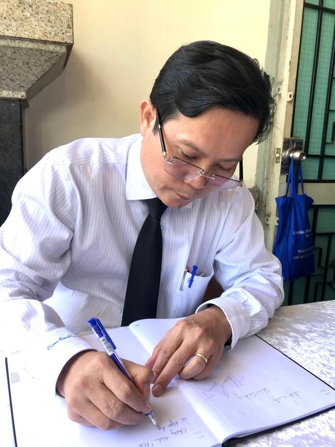 Đại diện Chương trình Mai Vàng nhân ái viếng đạo diễn Huỳnh Nga - Ảnh 2.