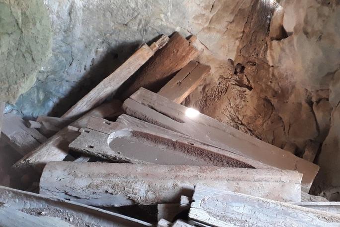 Rợn người khám phá hang quan tài kỳ bí treo lưng chừng núi - Ảnh 9.