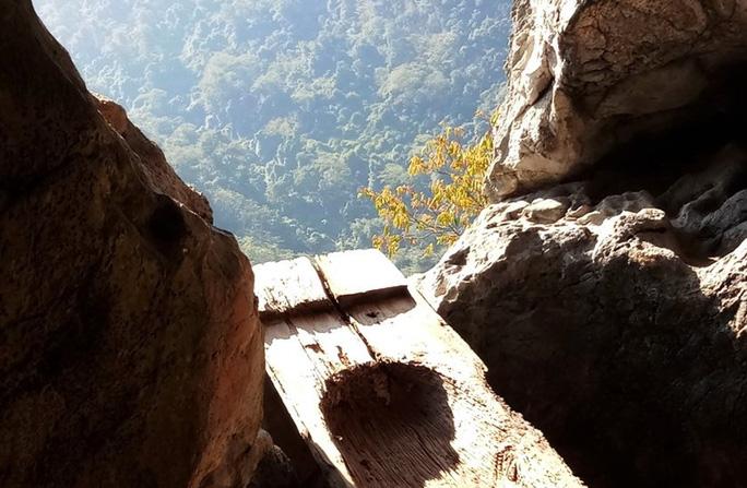 Rợn người khám phá hang quan tài kỳ bí treo lưng chừng núi - Ảnh 18.