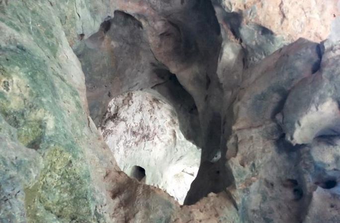 Rợn người khám phá hang quan tài kỳ bí treo lưng chừng núi - Ảnh 6.