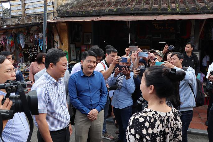Dạo Hội An, Chủ tịch Quảng Nam nói với khách: Quảng Nam - điểm đến an toàn - Ảnh 6.