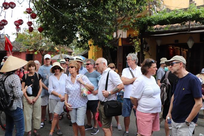Dạo Hội An, Chủ tịch Quảng Nam nói với khách: Quảng Nam - điểm đến an toàn - Ảnh 7.