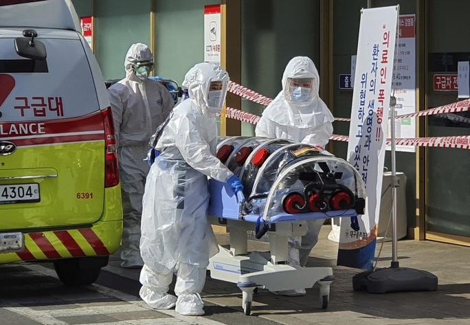 Chuyên gia y tế lo ngại không thể theo dõi các nhóm lây nhiễm Covid-19 - Ảnh 2.