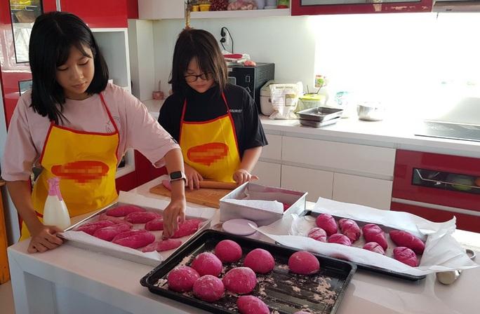 2 nữ sinh Phú Quốc đam mê làm bánh mì thanh long ruột đỏ - Ảnh 1.