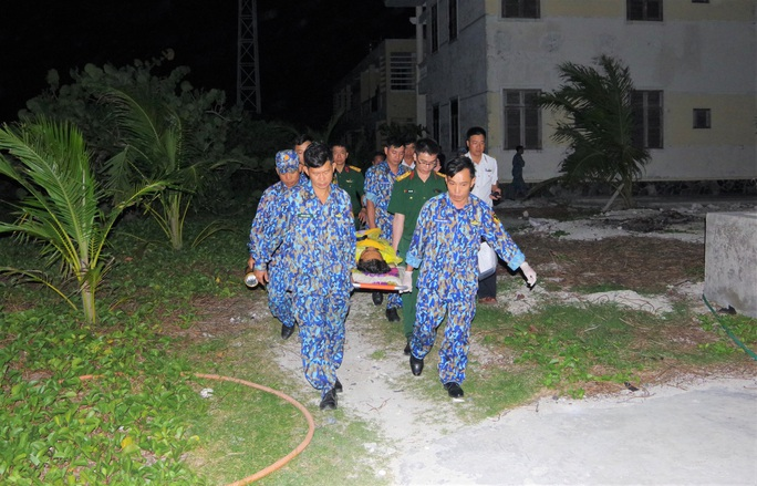 Cận cảnh dùng trực thăng cứu người khẩn cấp của Bệnh viện Quân y 175 - Ảnh 1.