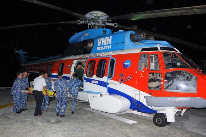 Cận cảnh dùng trực thăng cứu người khẩn cấp của Bệnh viện Quân y 175 - Ảnh 2.