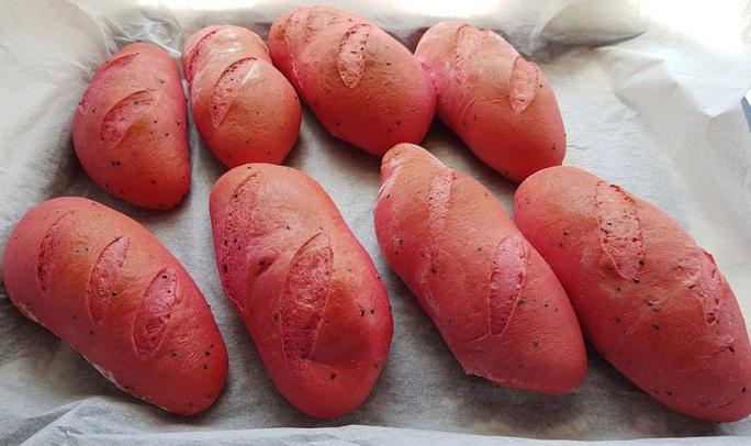 2 nữ sinh Phú Quốc đam mê làm bánh mì thanh long ruột đỏ - Ảnh 4.