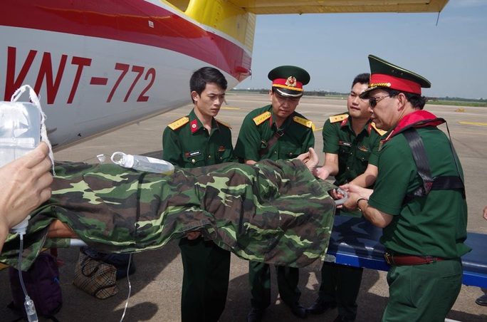 Cận cảnh dùng trực thăng cứu người khẩn cấp của Bệnh viện Quân y 175 - Ảnh 6.