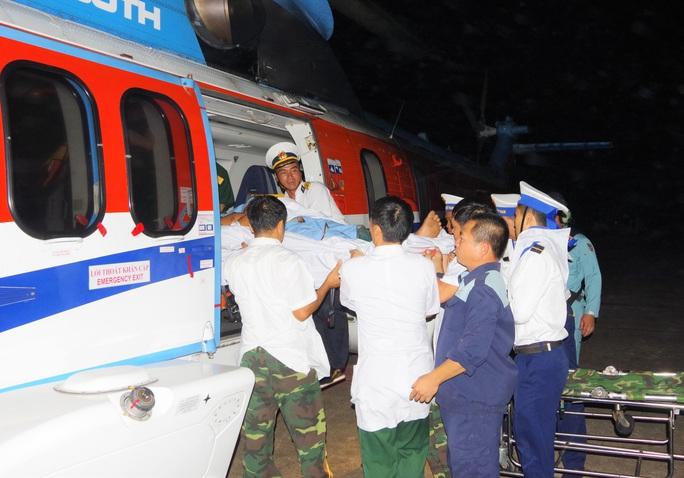 Cận cảnh dùng trực thăng cứu người khẩn cấp của Bệnh viện Quân y 175 - Ảnh 3.