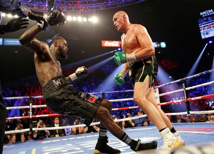 Tyson Fury hạ knock-out Wilder, đoạt đai vô địch WBC - Ảnh 2.