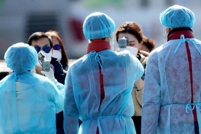 Lên tàu giúp ngăn virus, 2 quan chức Nhật Bản thành bệnh nhân - Ảnh 1.