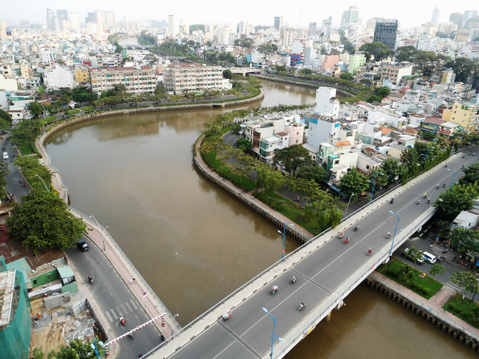 Bắt đầu nạo vét bùn dưới kênh Nhiêu Lộc - Thị Nghè - Ảnh 2.
