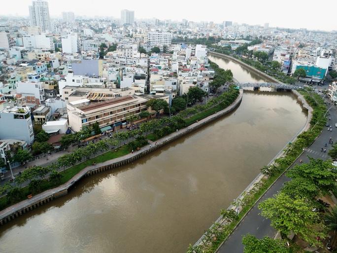 Bắt đầu nạo vét bùn dưới kênh Nhiêu Lộc - Thị Nghè - Ảnh 1.