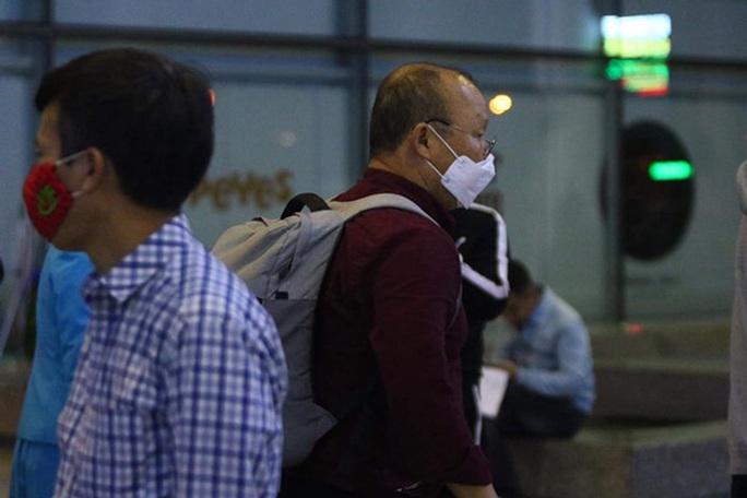 HLV Park Hang-seo trở lại Việt Nam, vội vã rời sân bay Nội Bài - Ảnh 1.