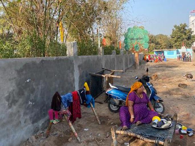 Ông Trump viếng thăm, Ấn Độ xây tường thần tốc che khu ổ chuột? - Ảnh 2.