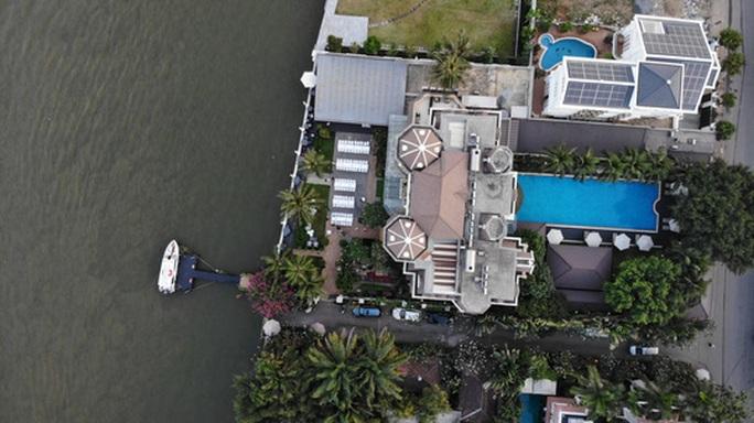 Cận cảnh biệt thự, quán bar lấn sông Sài Gòn - Ảnh 3.