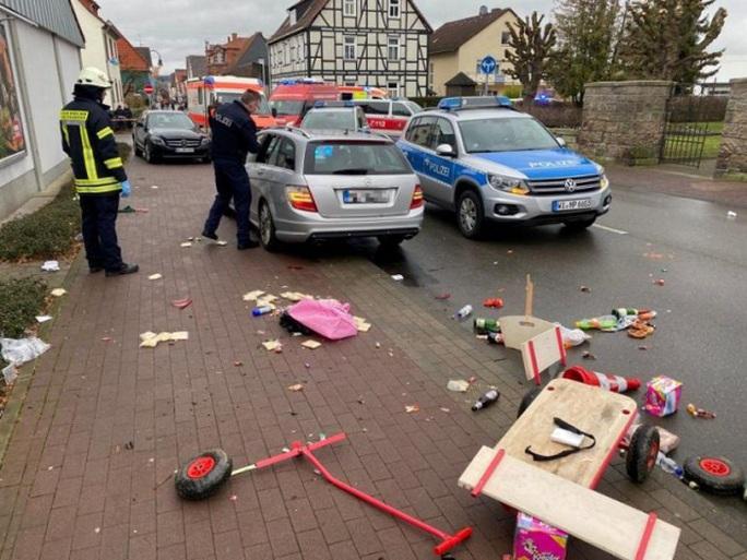 Đức: Tài xế lao xe vào đoàn diễu hành, người đổ rạp xuống đường la liệt - Ảnh 1.