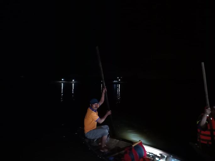 Chủ tịch Quảng Nam tức tốc đến hiện trường vụ lật thuyền khiến 6 người chết và mất tích - Ảnh 15.