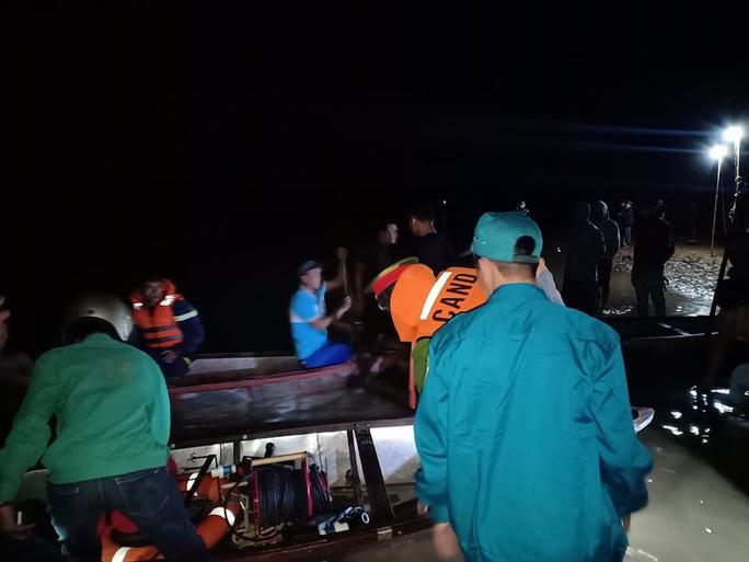 Chủ tịch Quảng Nam tức tốc đến hiện trường vụ lật thuyền khiến 6 người chết và mất tích - Ảnh 2.