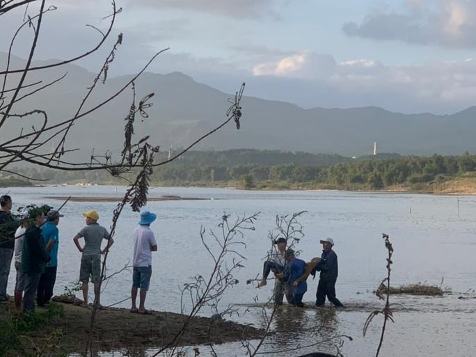 Lật thuyền chở 10 người trên sông Vu Gia, 6 người chết và mất tích - Ảnh 3.