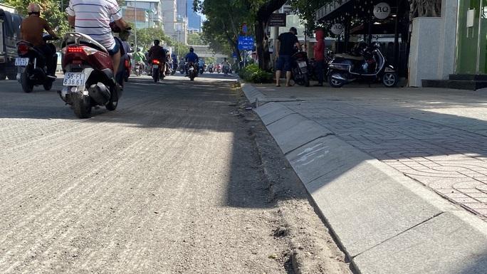 Loạng choạng tay lái đi qua con đường tróc lở giữa trung tâm TP HCM - Ảnh 4.